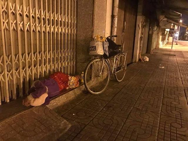 Bộ ảnh về người vô gia cư lay lắt trong đêm Sài Gòn giãn cách và những điều ấm áp nhỏ bé khiến ai cũng rưng rưng - Ảnh 5.