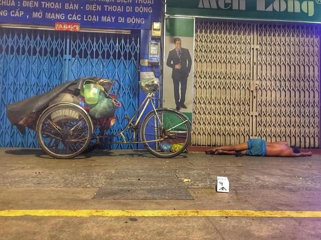 Bộ ảnh về người vô gia cư lay lắt trong đêm Sài Gòn giãn cách và những điều ấm áp nhỏ bé khiến ai cũng rưng rưng - Ảnh 6.