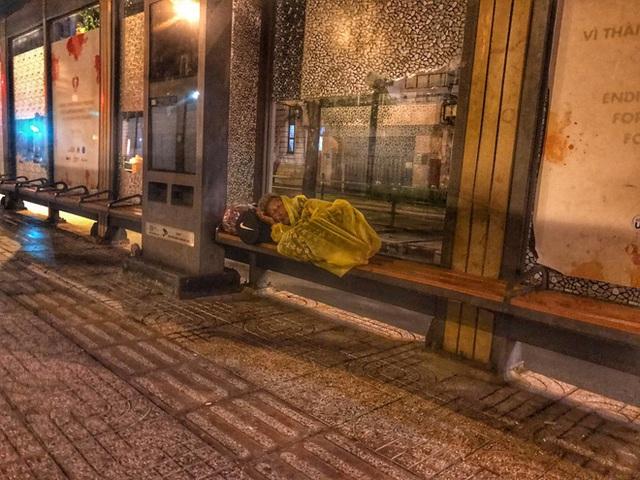 Bộ ảnh về người vô gia cư lay lắt trong đêm Sài Gòn giãn cách và những điều ấm áp nhỏ bé khiến ai cũng rưng rưng - Ảnh 7.
