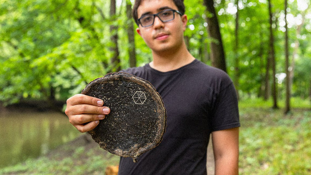 Chàng sinh viên tạo ra gỗ từ phế phẩm của trà kombucha, hứa hẹn giải cứu mảng xanh của hành tinh - Ảnh 1.