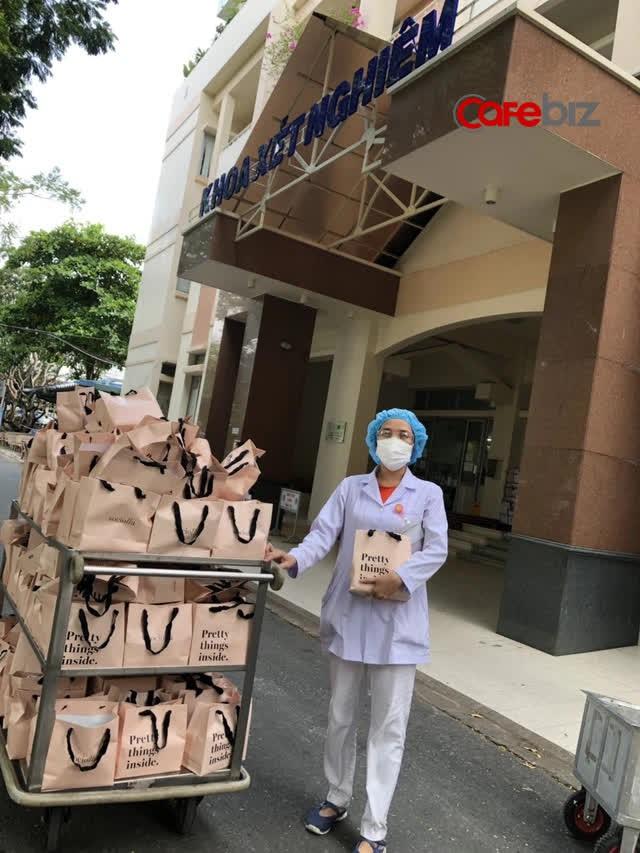 Sociolla gửi tặng 1000 phần quà tri ân lực lượng y tế tuyến đầu chống dịch  - Ảnh 1.