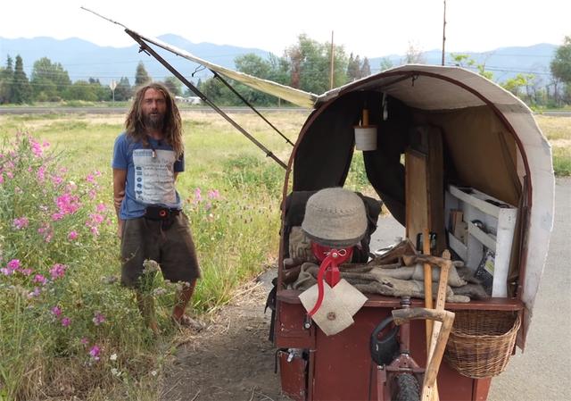 12 năm phiêu diêu tự tại của người đàn ông sống trong ngôi nhà di động là chiếc xe ba bánh cũ vỏn vẹn 2 mét vuông và nuôi 4 con cừu làm bạn đồng hành  - Ảnh 5.