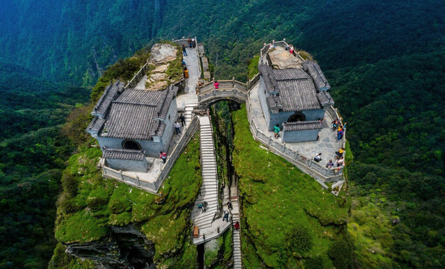 Ngôi chùa nằm trên đỉnh núi tách đôi được ví như tiên cảnh nhân gian nhưng vẫn tồn tại bí ẩn khiến hậu nhân đau đầu - Ảnh 2.