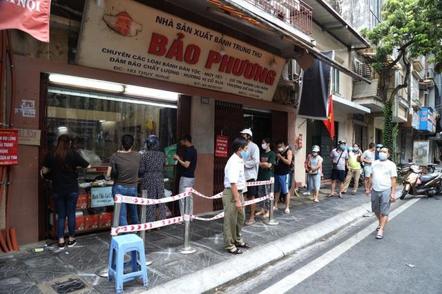 Hà Nội: Quận Tây Hồ chỉ đạo xử lý nghiêm tiệm bánh Trung thu Bảo Phương để khách xếp hàng tấp nập - Ảnh 1.
