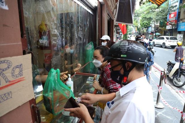 Hà Nội: Quận Tây Hồ chỉ đạo xử lý nghiêm tiệm bánh Trung thu Bảo Phương để khách xếp hàng tấp nập - Ảnh 2.