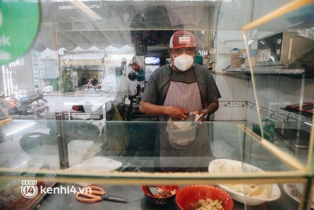 """Toàn cảnh quận 7 trước ngày thí điểm mở cửa: Nhiều hàng quán ăn uống vẫn """"im lìm"""" - Ảnh 15."""