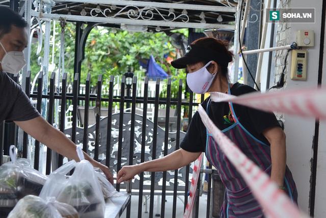 TP.HCM: Dân thong dong tập thể dục, đi chợ, quán ăn nhộn nhịp sau thông tin quận 7 thí điểm mở cửa trở lại - Ảnh 4.