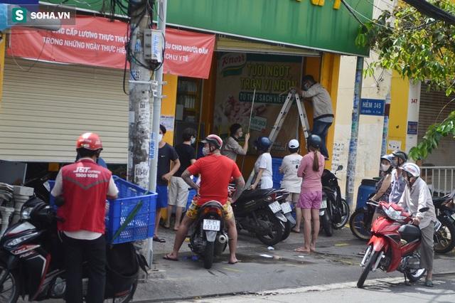 TP.HCM: Dân thong dong tập thể dục, đi chợ, quán ăn nhộn nhịp sau thông tin quận 7 thí điểm mở cửa trở lại - Ảnh 7.