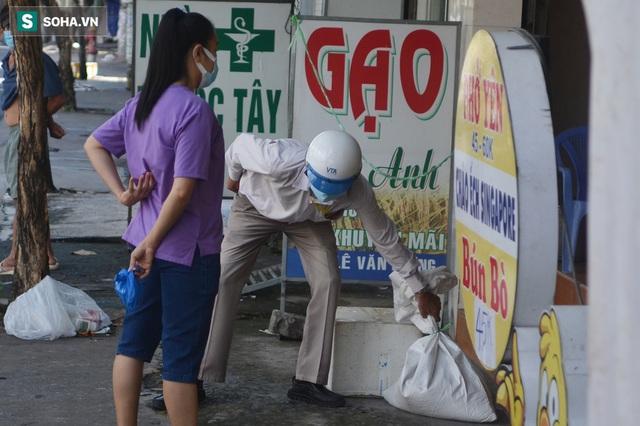 TP.HCM: Dân thong dong tập thể dục, đi chợ, quán ăn nhộn nhịp sau thông tin quận 7 thí điểm mở cửa trở lại - Ảnh 8.