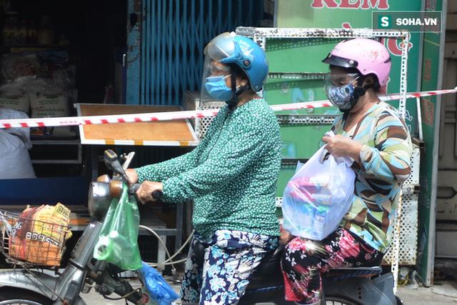TP.HCM: Dân thong dong tập thể dục, đi chợ, quán ăn nhộn nhịp sau thông tin quận 7 thí điểm mở cửa trở lại - Ảnh 9.
