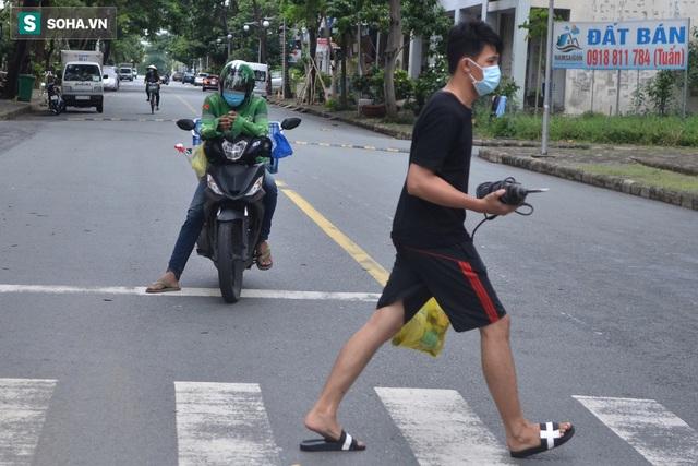 TP.HCM: Dân thong dong tập thể dục, đi chợ, quán ăn nhộn nhịp sau thông tin quận 7 thí điểm mở cửa trở lại - Ảnh 10.