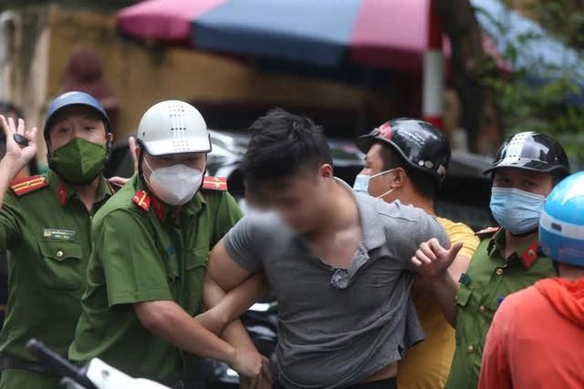 Ngày đầu nới lỏng giãn cách, cảnh sát phải đập kính kéo tài xế xe Beijing ra ngoài vì gây náo loạn cả tuyến phố - Ảnh 1.