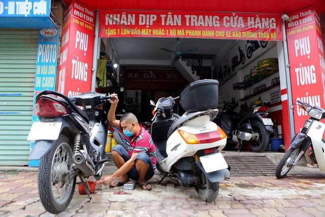 Hà Nội: Dịch vụ sửa xe và điện lạnh đắt khách ngay khi hoạt động trở lại ở vùng xanh - Ảnh 1.
