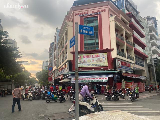 Hàng trăm người Sài Gòn chen chúc xếp hàng chờ mua bánh Trung thu giữa lúc giãn cách - Ảnh 1.