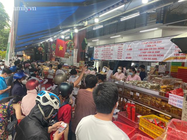 Hàng trăm người Sài Gòn chen chúc xếp hàng chờ mua bánh Trung thu giữa lúc giãn cách - Ảnh 2.