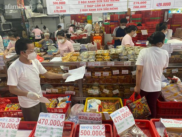Hàng trăm người Sài Gòn chen chúc xếp hàng chờ mua bánh Trung thu giữa lúc giãn cách - Ảnh 3.