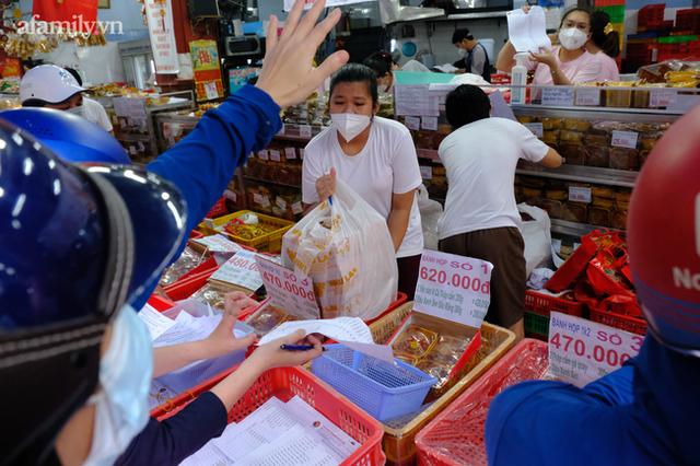 Hàng trăm người Sài Gòn chen chúc xếp hàng chờ mua bánh Trung thu giữa lúc giãn cách - Ảnh 4.