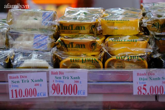 Hàng trăm người Sài Gòn chen chúc xếp hàng chờ mua bánh Trung thu giữa lúc giãn cách - Ảnh 5.