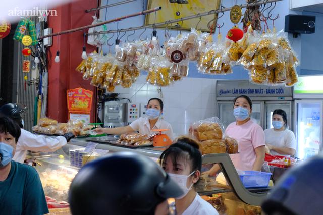 Hàng trăm người Sài Gòn chen chúc xếp hàng chờ mua bánh Trung thu giữa lúc giãn cách - Ảnh 6.