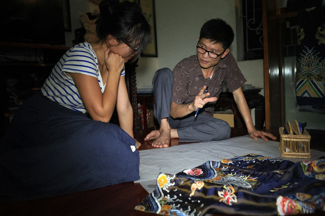 'Phù thủy' của những chiếc áo trăm triệu duy nhất Việt Nam: Áo vua mặc thế nào tôi thêu đúng như thế, chuẩn đến từng milimet - Ảnh 7.