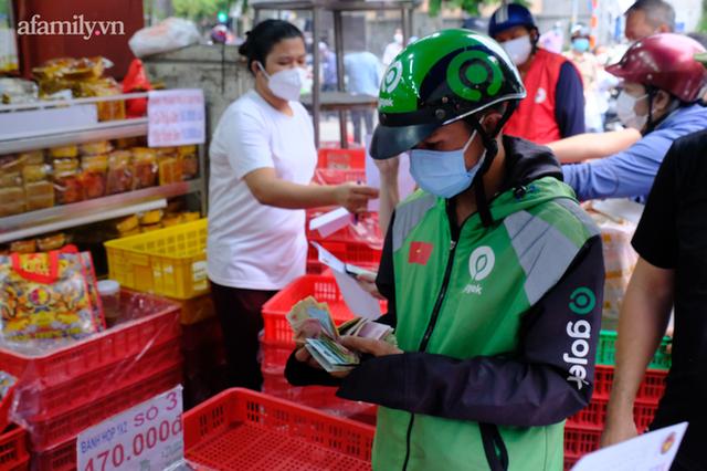 Hàng trăm người Sài Gòn chen chúc xếp hàng chờ mua bánh Trung thu giữa lúc giãn cách - Ảnh 7.