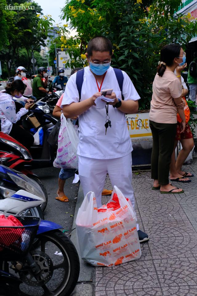 Hàng trăm người Sài Gòn chen chúc xếp hàng chờ mua bánh Trung thu giữa lúc giãn cách - Ảnh 8.