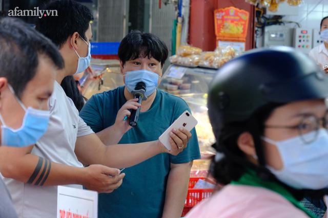 Hàng trăm người Sài Gòn chen chúc xếp hàng chờ mua bánh Trung thu giữa lúc giãn cách - Ảnh 9.