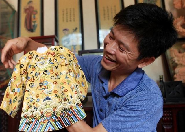 'Phù thủy' của những chiếc áo trăm triệu duy nhất Việt Nam: Áo vua mặc thế nào tôi thêu đúng như thế, chuẩn đến từng milimet - Ảnh 10.