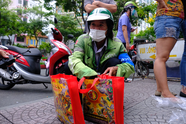 Hàng trăm người Sài Gòn chen chúc xếp hàng chờ mua bánh Trung thu giữa lúc giãn cách - Ảnh 10.