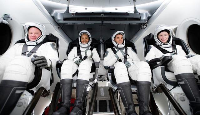 Ghét nhau như chó với mèo, nhưng SpaceX của Elon Musk vừa đạt một thành tích làm cả Jeff Bezos cũng phải ngả mũ kính phục - Ảnh 1.