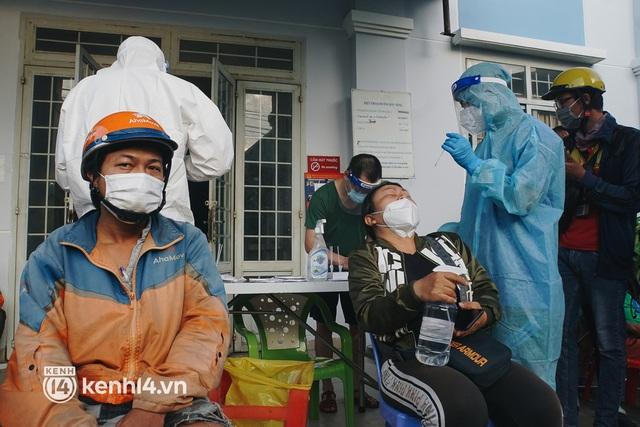 Ảnh, clip: Shipper ở TP.HCM dồn ứ cả trăm mét từ sáng sớm chờ xét nghiệm, nhân viên y tế xuống đường điều phối - Ảnh 11.