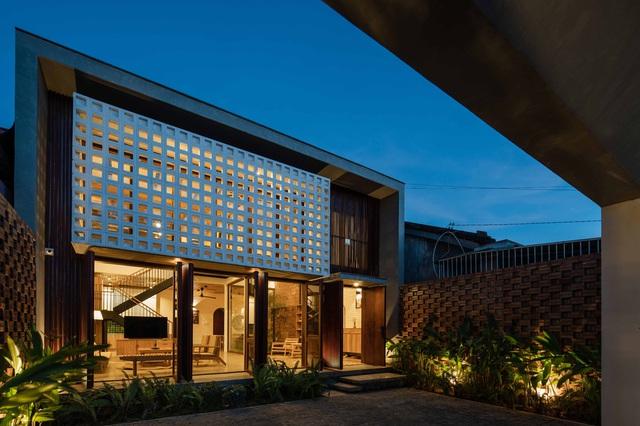Nhà 320m2 ở Tây Nguyên với vibe thư thái an yên quá đỗi, mê nhất là khu giếng trời đẹp như resort - Ảnh 2.
