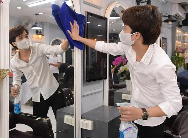 CLIP: Người dân Thủ đô ùn ùn kéo đi cắt tóc trong ngày đầu tiên chấm dứt giãn cách xã hội  - Ảnh 2.
