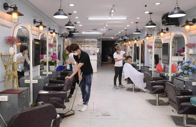CLIP: Người dân Thủ đô ùn ùn kéo đi cắt tóc trong ngày đầu tiên chấm dứt giãn cách xã hội  - Ảnh 3.