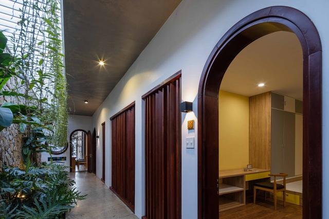 Nhà 320m2 ở Tây Nguyên với vibe thư thái an yên quá đỗi, mê nhất là khu giếng trời đẹp như resort - Ảnh 11.