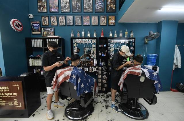 CLIP: Người dân Thủ đô ùn ùn kéo đi cắt tóc trong ngày đầu tiên chấm dứt giãn cách xã hội  - Ảnh 12.