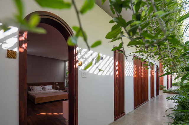 Nhà 320m2 ở Tây Nguyên với vibe thư thái an yên quá đỗi, mê nhất là khu giếng trời đẹp như resort - Ảnh 12.