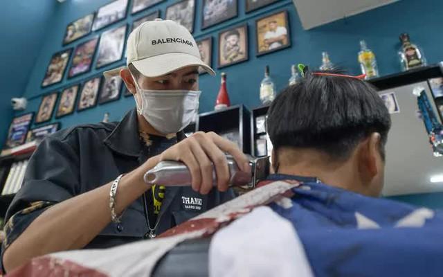 CLIP: Người dân Thủ đô ùn ùn kéo đi cắt tóc trong ngày đầu tiên chấm dứt giãn cách xã hội  - Ảnh 13.