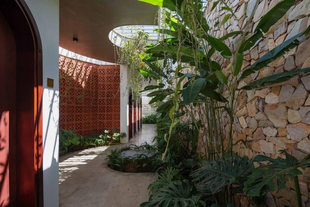 Nhà 320m2 ở Tây Nguyên với vibe thư thái an yên quá đỗi, mê nhất là khu giếng trời đẹp như resort - Ảnh 17.