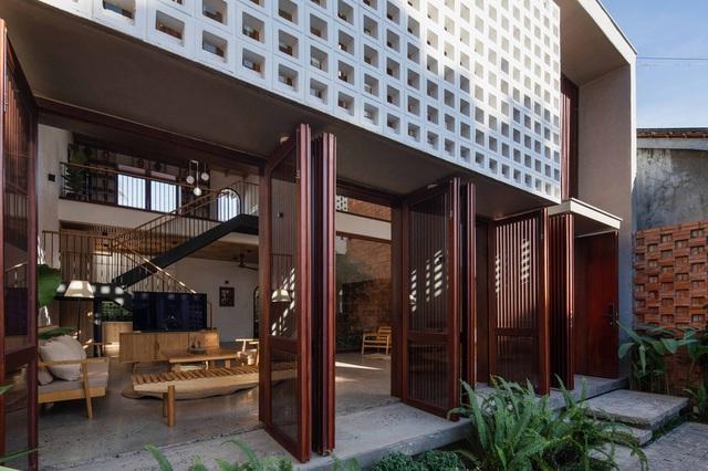 Nhà 320m2 ở Tây Nguyên với vibe thư thái an yên quá đỗi, mê nhất là khu giếng trời đẹp như resort - Ảnh 3.
