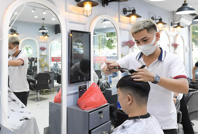 CLIP: Người dân Thủ đô ùn ùn kéo đi cắt tóc trong ngày đầu tiên chấm dứt giãn cách xã hội  - Ảnh 4.