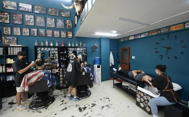 CLIP: Người dân Thủ đô ùn ùn kéo đi cắt tóc trong ngày đầu tiên chấm dứt giãn cách xã hội  - Ảnh 11.
