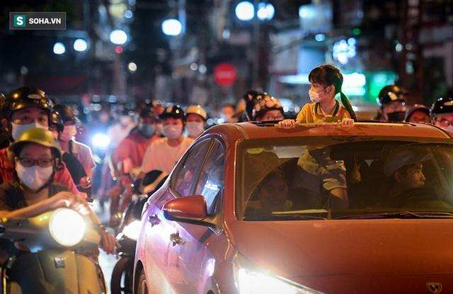 Người Hà Nội đổ ra chật đường trong ngày đầu nới lỏng giãn cách: Tại sao người ta thích ra đường giữa đại dịch?  - Ảnh 2.