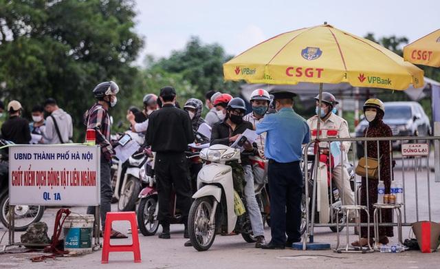 CLIP: Người dân các tỉnh ùn ùn đổ về Thủ đô sau khi Hà Nội nới lỏng giãn cách xã hội - Ảnh 3.