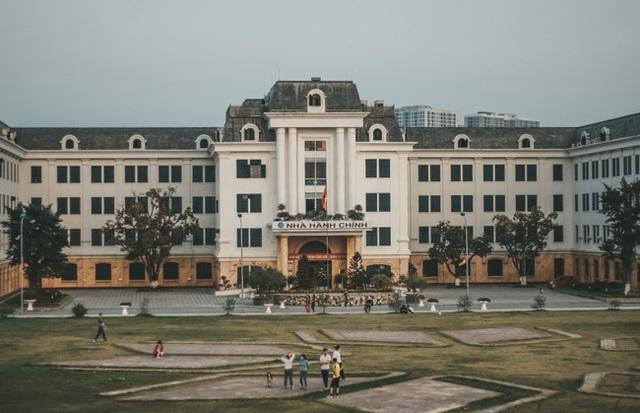 Đại học đẹp nhất nhì Hà Nội: Trường gì mà như chốn non nước hữu tình, còn có sự tích gây xôn xao MXH suốt thời gian dài - Ảnh 2.