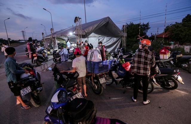 CLIP: Người dân các tỉnh ùn ùn đổ về Thủ đô sau khi Hà Nội nới lỏng giãn cách xã hội - Ảnh 12.