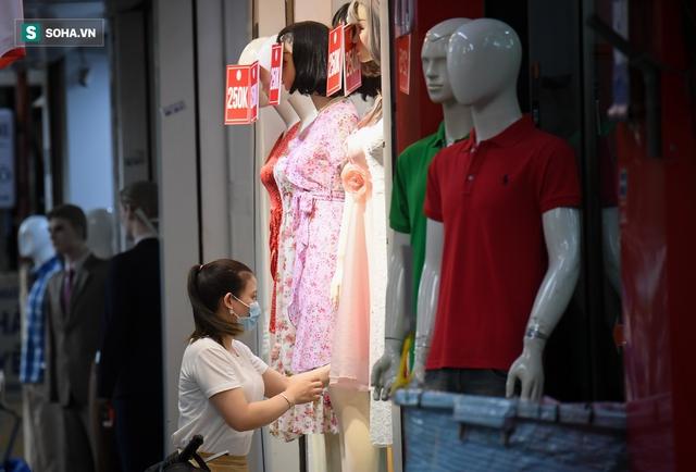Hà Nội: Phố thời trang, nội thất mở cửa công khai dù chưa được phép - Ảnh 3.