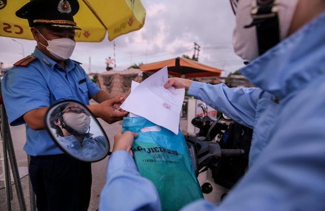 CLIP: Người dân các tỉnh ùn ùn đổ về Thủ đô sau khi Hà Nội nới lỏng giãn cách xã hội - Ảnh 6.