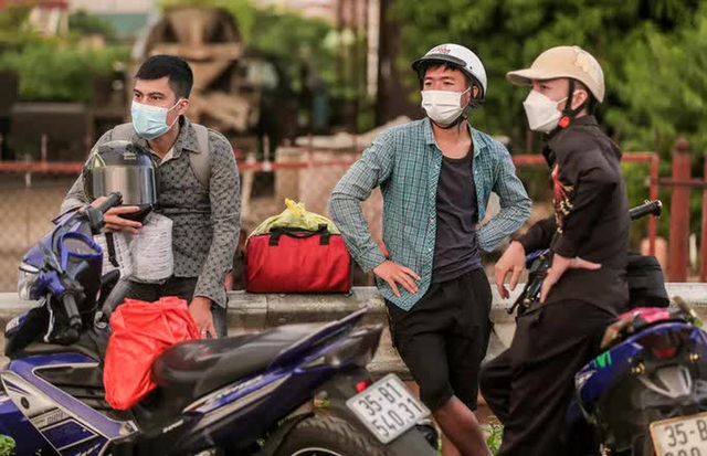 CLIP: Người dân các tỉnh ùn ùn đổ về Thủ đô sau khi Hà Nội nới lỏng giãn cách xã hội - Ảnh 8.