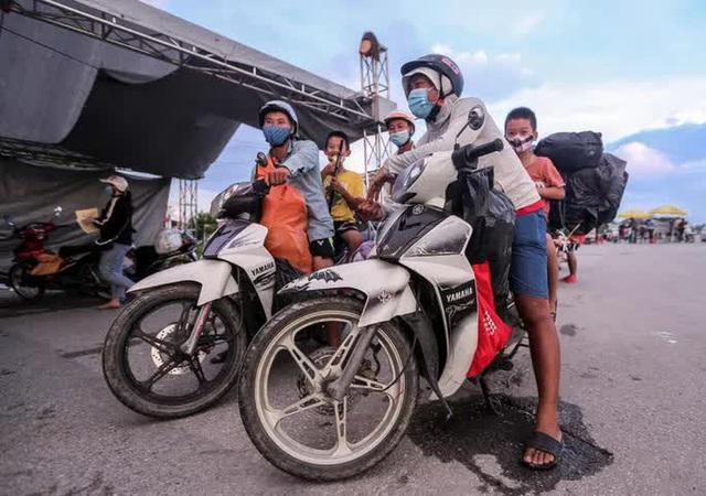 CLIP: Người dân các tỉnh ùn ùn đổ về Thủ đô sau khi Hà Nội nới lỏng giãn cách xã hội - Ảnh 9.